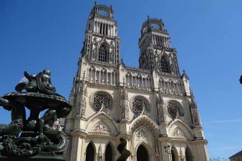 Photo of the 18 century Orleans cathedral facade to illustrate the  broaden-horizons.fr guided tour offer