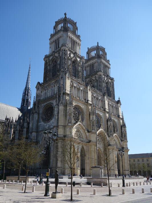 Photo de la cathédrale Sainte-Croix vu du sud ouest du parvis pour illustrer la visite guidée de la cathédrale d'Orléans dans le Val de Loire, France.