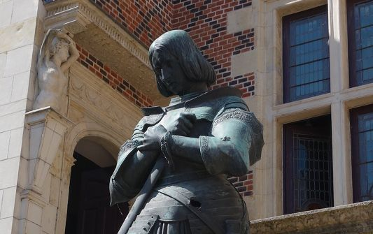 Photo of a Joan of Arc sculpture by Princess Marie d'Orléans at the entry of Hôtel Groslot to illustrate the Orléans Joan of Arc WalkingTtour in Val de Loire, France.