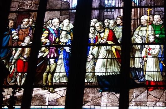 Photo d'un vitrail de la cathédrale d'Orléans représentant Henri IV constatant sa destruction - illustration de la visite guidée de la cathédrale, Orléans, Val de Loire, France.