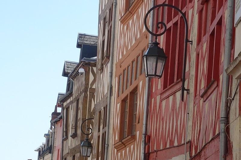 Photo de maisons à pans de bois de la rue de l'Empereur à Orléans, France, Val de Loire