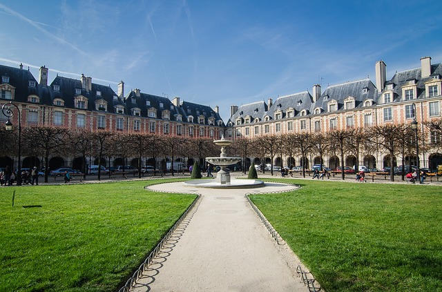 Photo of Place des Vosges  to illustrate a guided tour from notre Dame to Le Marais in Paris, France.