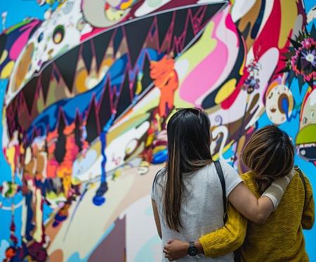 Deux personnes regardant une oeuvre d'art contemporaine
