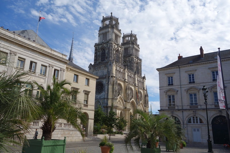 Photo du sud-ouest de la cathédrale d'Orléans depuis la place de l'Etape pour illustrer la visite guidée de la cathédrale d'Orléans dans le Val de Loire, France.