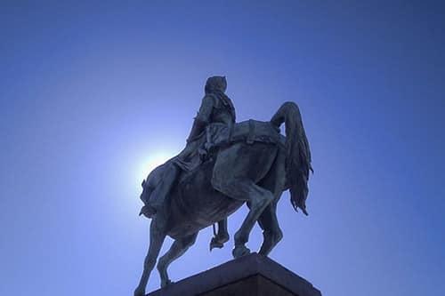 Photo de la célèbre statut de Jeanne d'Arc sur la place du Martroi dans le soleil pour illustrer la visite guidée Orléans et Jeanne d'Arc version longue 3 heures, Orléans, Val de Loire, France.