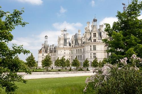 Photo du château de Chambord pour illustrer l'attractivité des environs d'Orléans dans le Val de Loire, France.