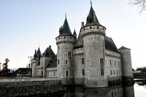 Photo du château de Sully-sur-Loire, dans les environs d'Orléans, France.