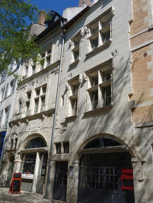 Photo des façades de deux maisons historiques de la place du Châtelet à Orléans, Val de Loire, France