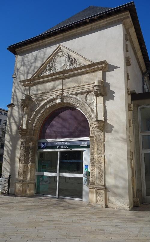 Photo de la porte monumental du Campo-Santo pour illustrer la prmeière Renaissance dans la visite guidée Orléans ville de la Renaissance.