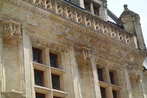 The hôtel des Créneaux's facade an emblematic monument of the transition between Gothic and Renaissance period, to be discover a visit of Orléans