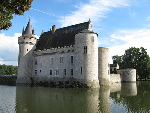 Photo du château de Sully-sur-Loire pour illustrer une visite guidée des environs d'Orléans dans le Val de Loire, France.
