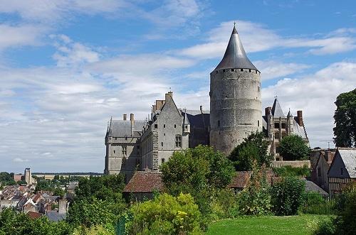 Photo du château de Châteaudun pour illustrer l'attractivité des environs d'Orléans dans le Val de Loire, France.
