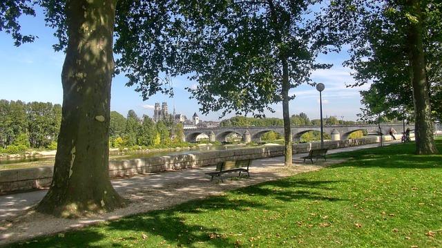 Photo d'Orléans depuis les quai de la rive sud de la Loire. Orléans, Val de Loire, France.