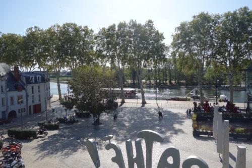 Photo de la place de Loire prise du jardin de la charpenterie. Cette place est un endroit stratégique pour commencer à visiter Orléans dans le Val de Loire, France.