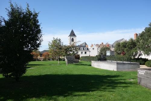 Photo de la place de Loire prise du jardin de la charpenterie pour illustrer une visite guidée d'Orléans dans le Val de Loire, France.