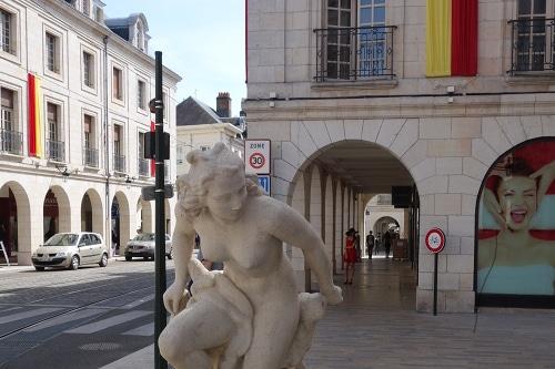 """Photo de la sculpture """"La Baigneuse"""" de Paul Belmondo installée en 1955 pour commémorer la fin du la reconstruction d'Orléans après-guerre - illustration de la visite guidée d'Orléans dans le Val de Loire, France."""